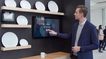 Nikolai Gruschwitz erklärt das Explorer & Designer Tool im Sonderareal Point of Experience.