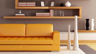 Wohnzimmer mit gelben Möbeln und schwarz-weißen Dekoobjekten