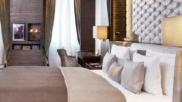 Seitliche Ansicht auf ein Doppelbett in einem Hotelzimmer