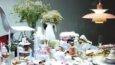 Schaufenster mit opulent dekoriertem, gedecktem Tisch