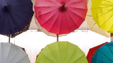 Aufgespannte Regenschirme in vielerlei kräftigen Farben
