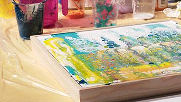 In einen Rahmen gegossene Farbe wird bearbeitet.