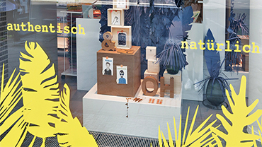 The display window of Idee.Creativmarkt's flagship store shows tropically themed paper creations.