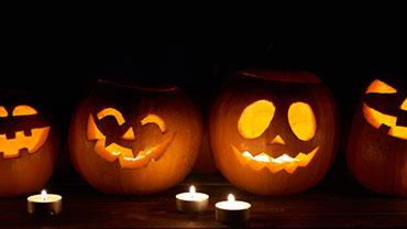 Leuchtende Halloween-Kürbisse im Dunkeln