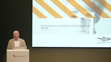 Martin Gaber vor einer seinen Vortrag begleitenden Projektion