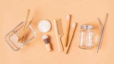 Holzvarianten diverser typischerwerweise aus Plastik hergestellter Gebrauchsgegenstände.