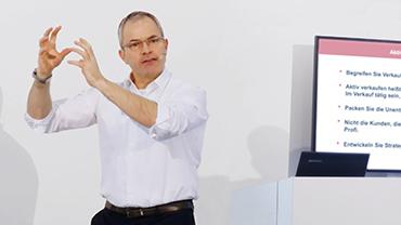 Handelsexperte Elmar Fedderke hält einen lebendigen Vortrag auf der Bühne der Nordstil.