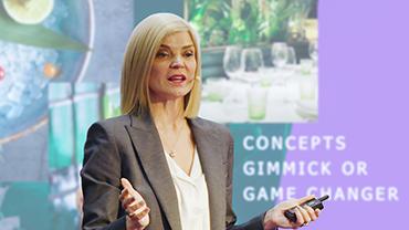 Valda Goodfellow hält einen Vortrag vor einer projizierten Präsentation.